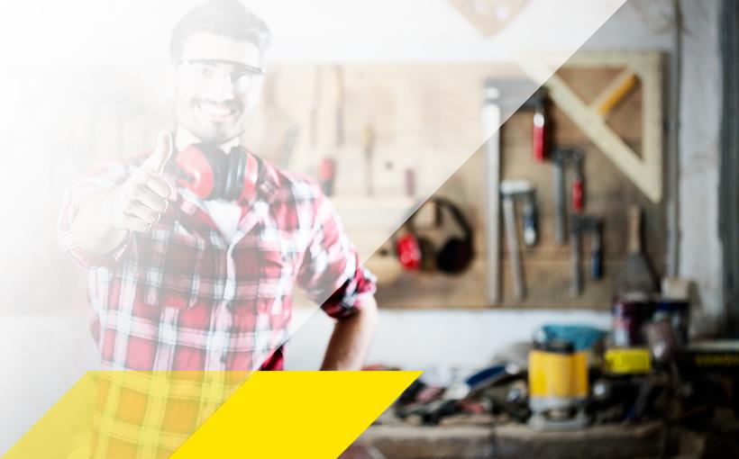 Handwerker vor Werkzeugwand