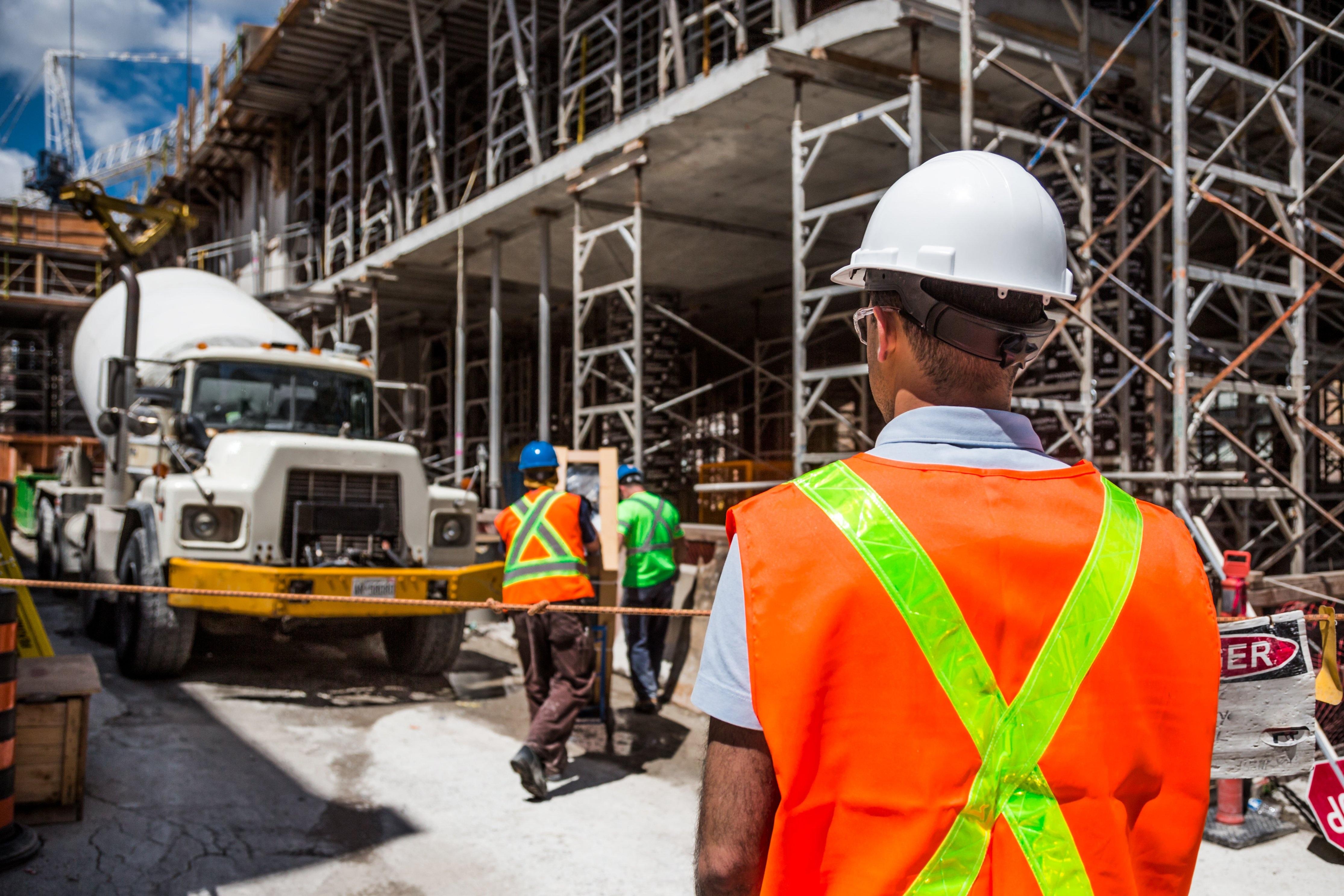 Bauarbeiter mit Helm auf der Baustelle