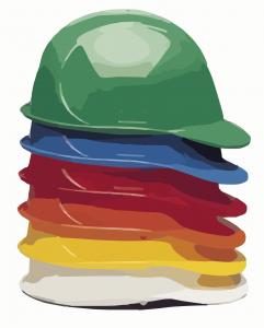6 gestapelte Bauhelme in grün, blau, rot, orange, gelb und weiß