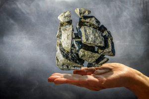 Naturstein auf einer Hand
