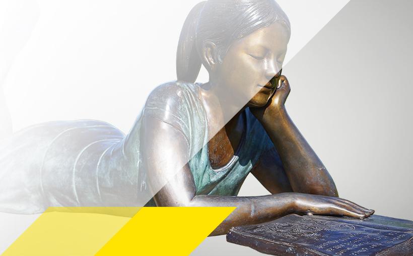 Bronzestatue einer lesenden Frau