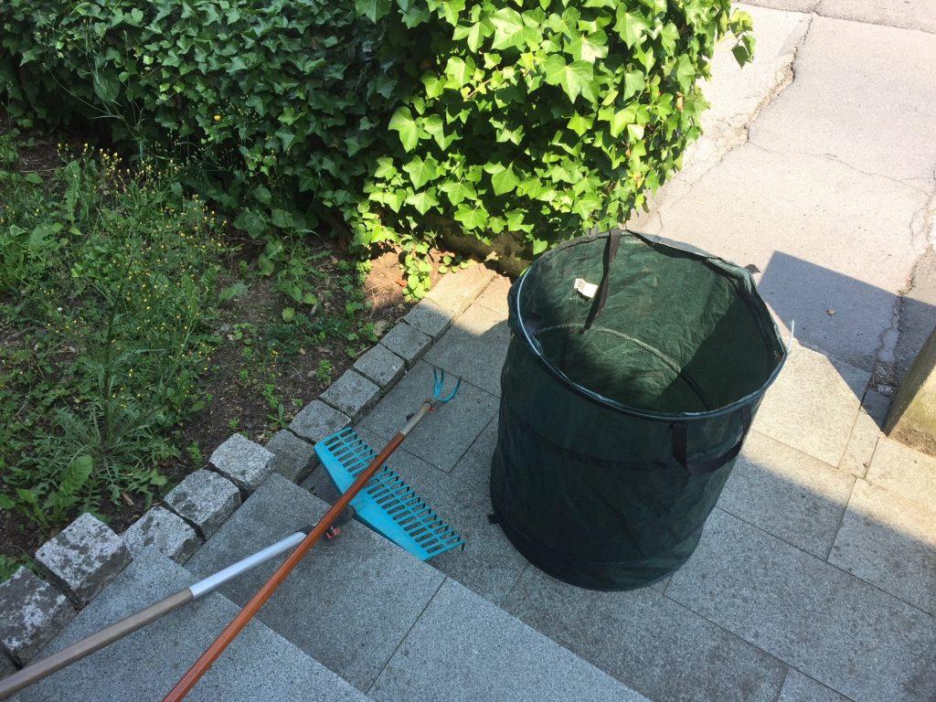 Garten Werkzeuge und Sack im Vorbeet