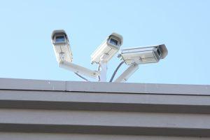 Drei Überwachungskameras auf einem Dach
