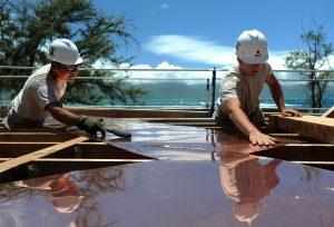 Zwei arbeitende Handwerker bei Hitze