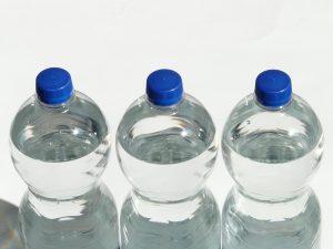 Drei PE-Flaschen mit Wasser