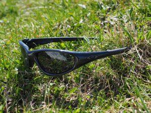 Sonnenbrille im Gras
