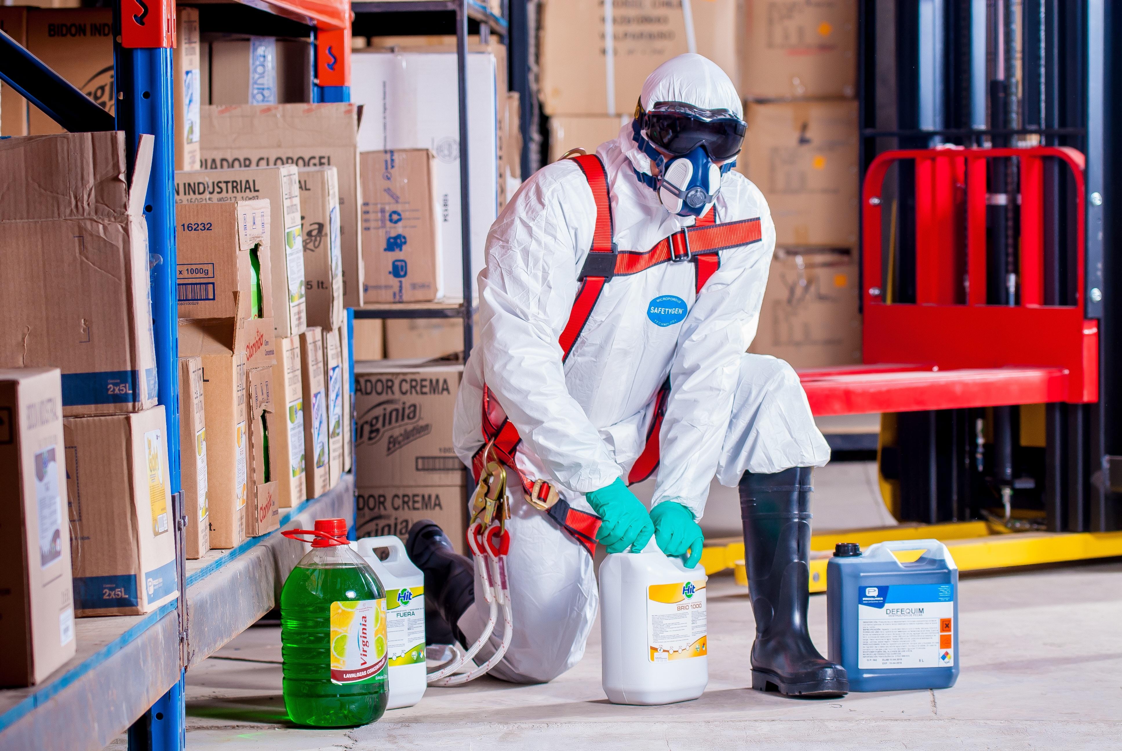 Arbeiter in Chemikalienschutzanzug mit Gefahrstoffen