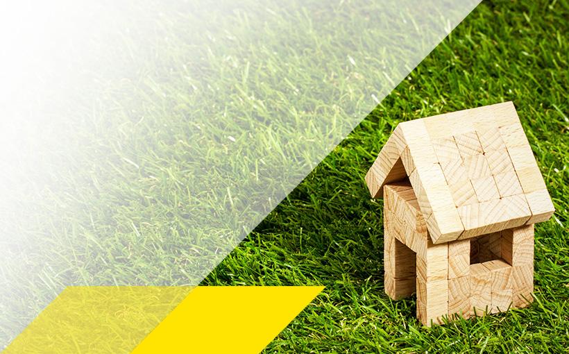 Holzhütte auf Rasen