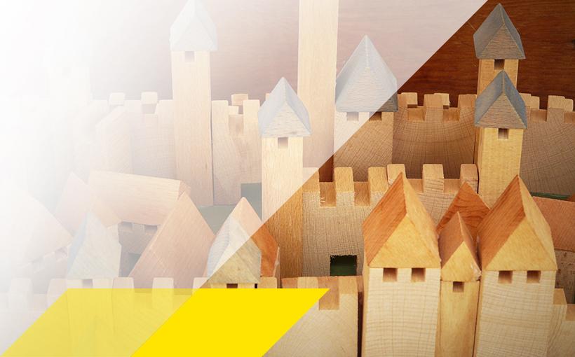 Burg aus Holzklötzen für energiesparendes Bauen