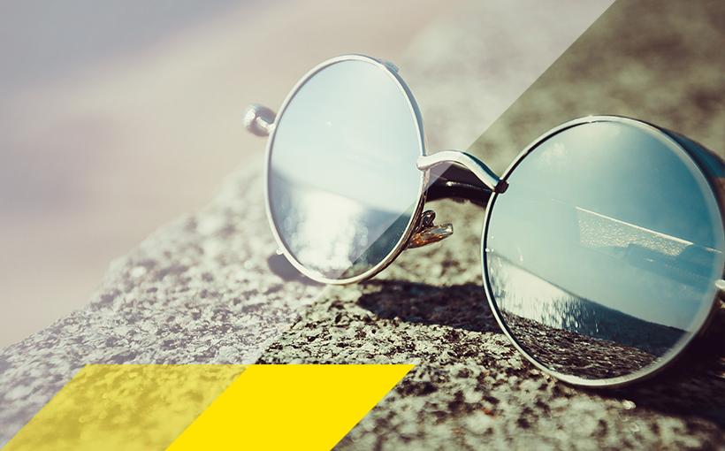 Sonnenbrille in der Sonne