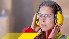Frau mit gelben Kapsel Gehörschutz
