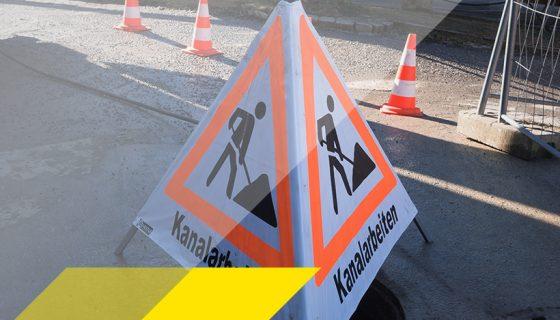 Warndreieck für Kanalarbeiten und Verkehrsleitkegel